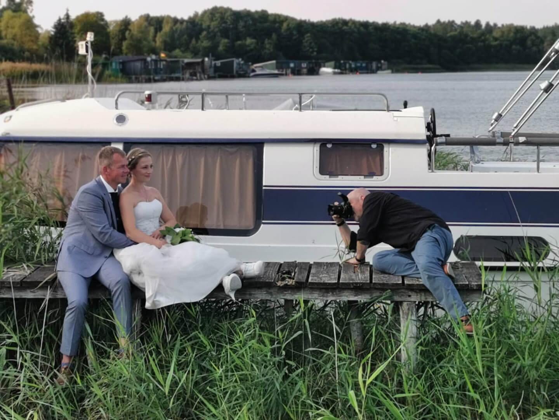 Hochzeitsfotograf in Action bei einer Landhochzeit in Mecklenburg-Vorpommern.