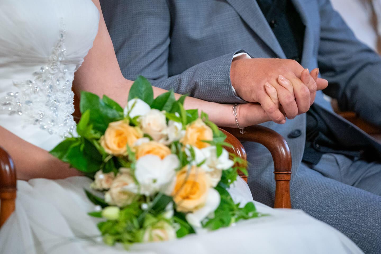 Brautstrauss Hände halten