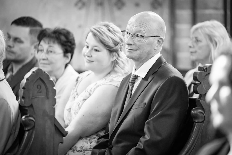 Hochzeitsgäste auf der Sitzbank in der Klosterkirche Malchow