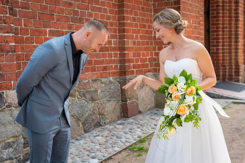 Hochzeitsgast bewundert den Trauring der Braut