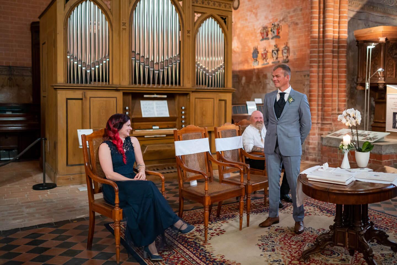 Bräutigam wartet auf den Einzug der Braut im Kloster Malchow
