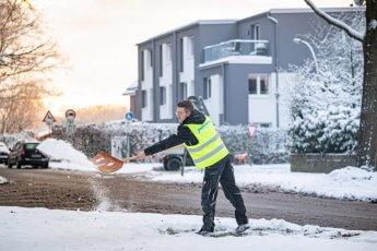 Winterdienst Schneeschippen