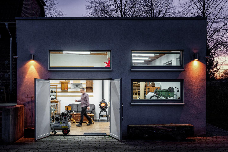 Die Atelier-Werkstatt des Penmakers Frank Pressentin zur Blauen Stunde