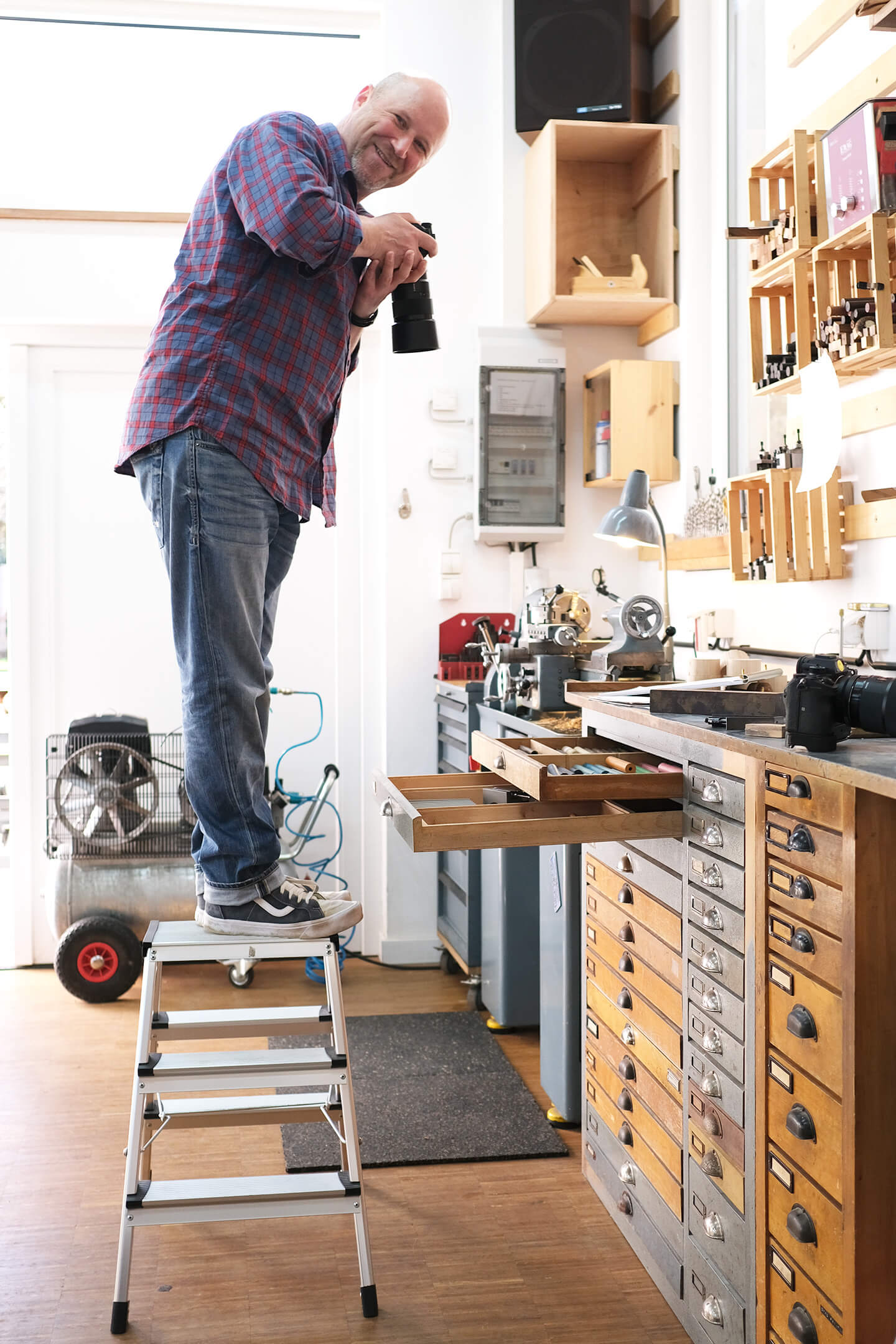 Fotograf Florian Läufer in Action beim Werkstattbesuch