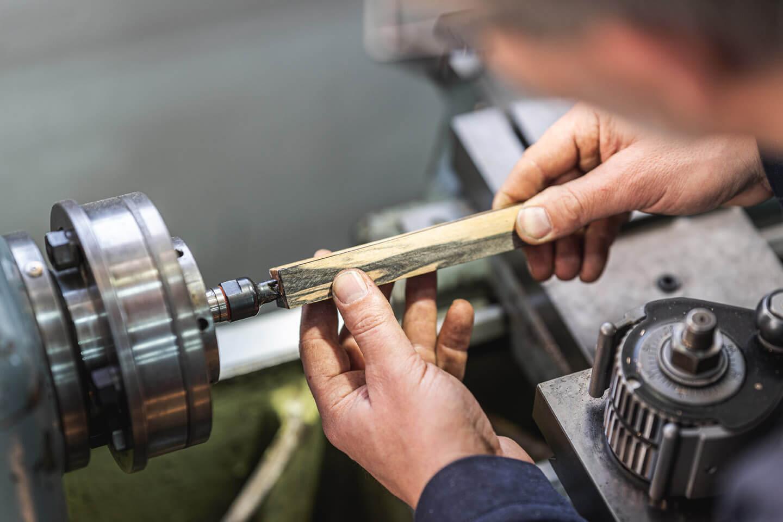 Handwerkerhände an der Drehmaschine