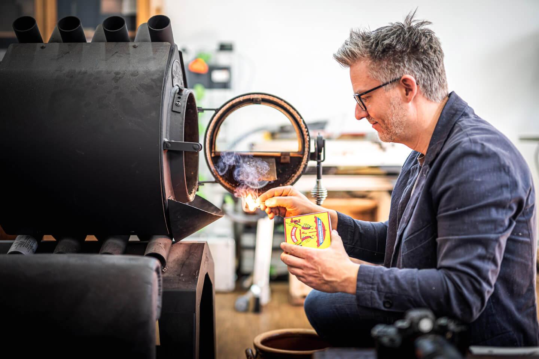 Ofen anheizen in der Manufaktur der international ausgerichteten Firma Elbwood. Fotograf Florian Läufer aus Hamburg hielt diese Szene fest.