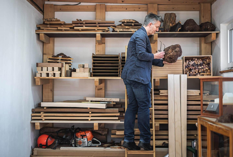 The hanseatic Penmaker Frank Pressentin prüft eine Wurzelknolle