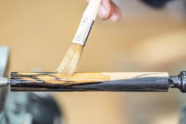 Ölen des Holzrohlings für die Herstellung eines Füllfederhalters.
