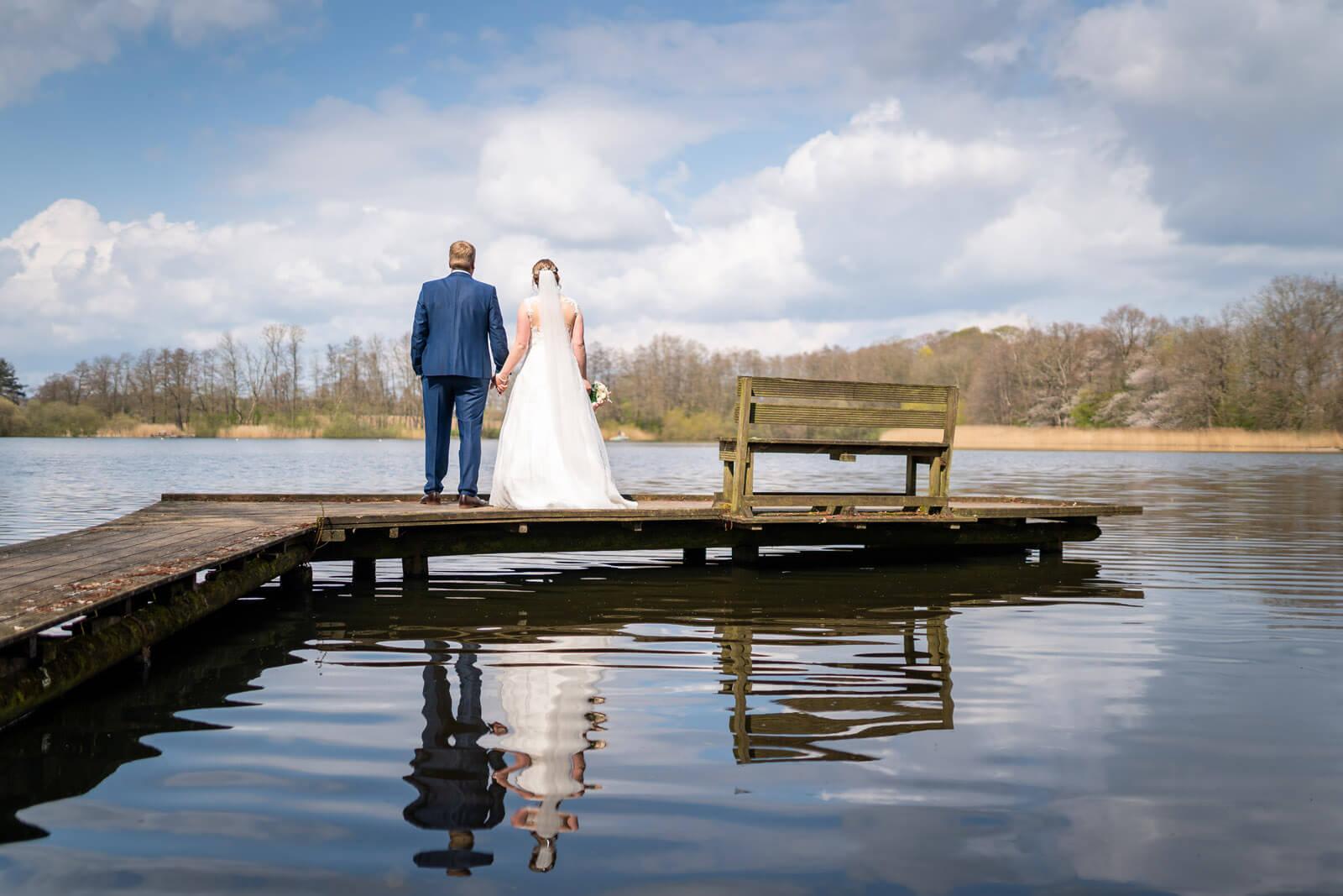 Natürliche Hochzeitsfotos an einem See bei Nortorf