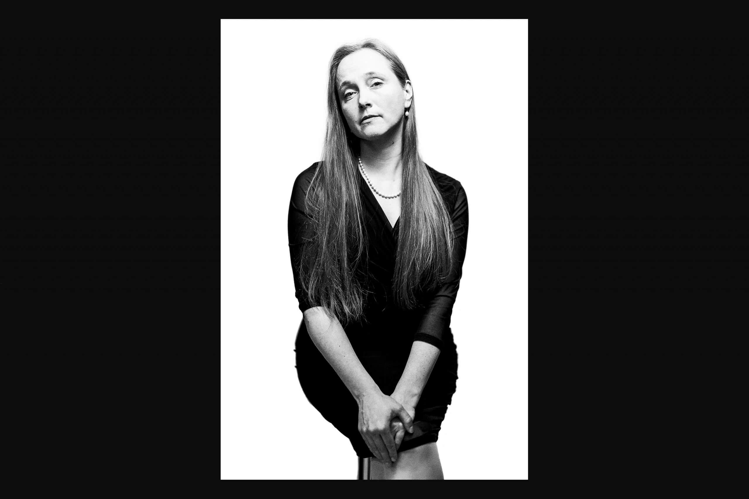 Portraitfoto Dame in Schwarzweiß