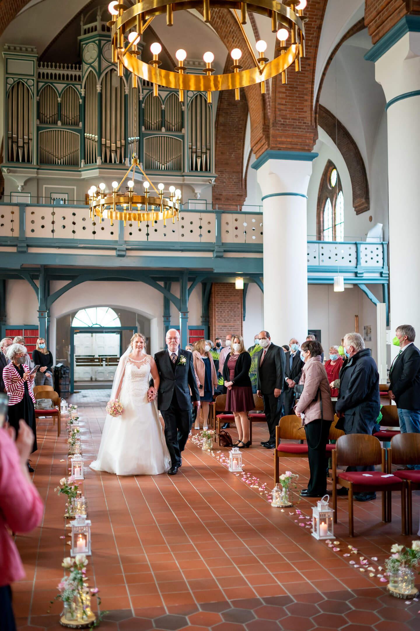 Einzug der Braut mit Brautvater in der St. Martin Kirche in Nortorf