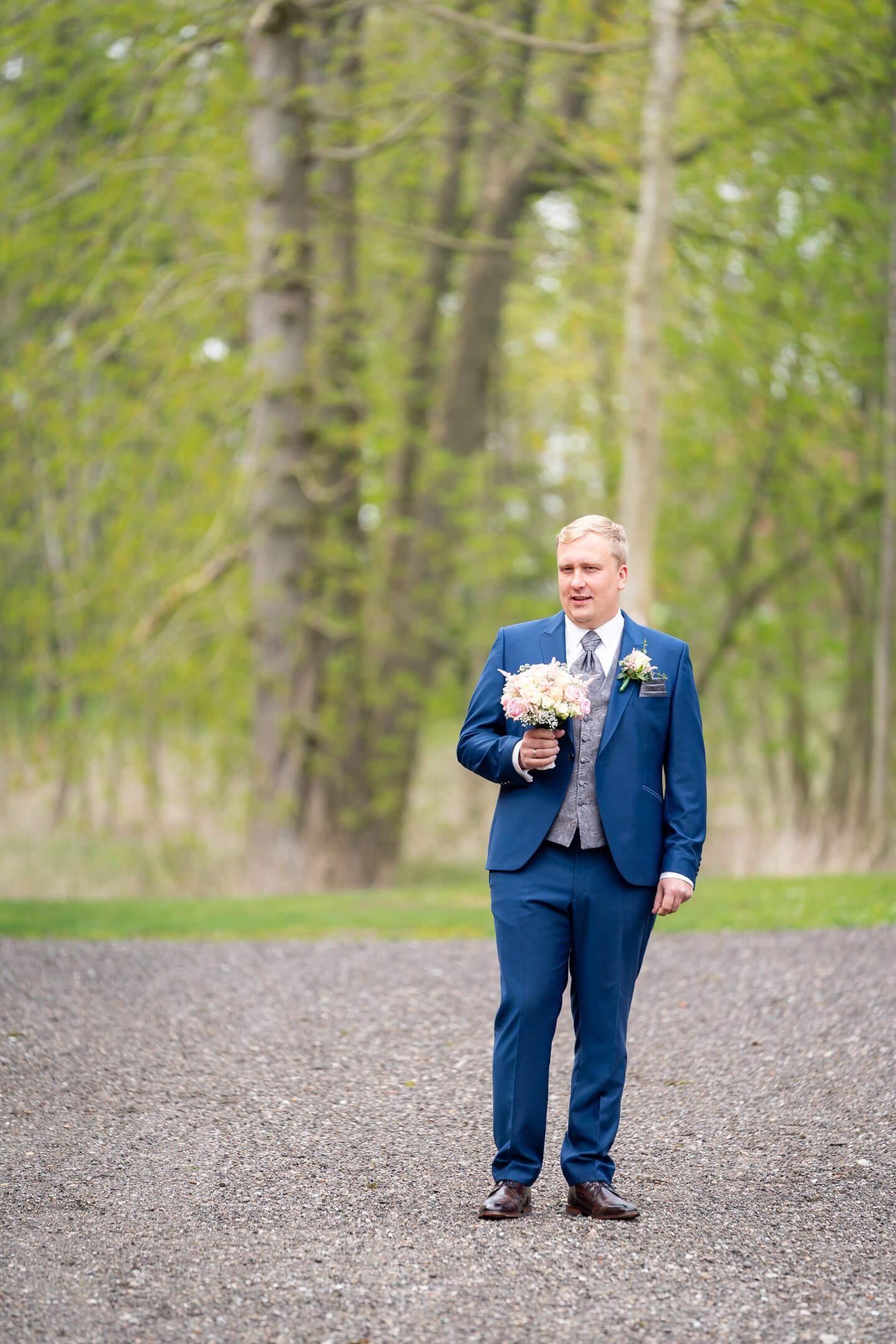 Bräutigam wartet beim First Look auf seine Braut