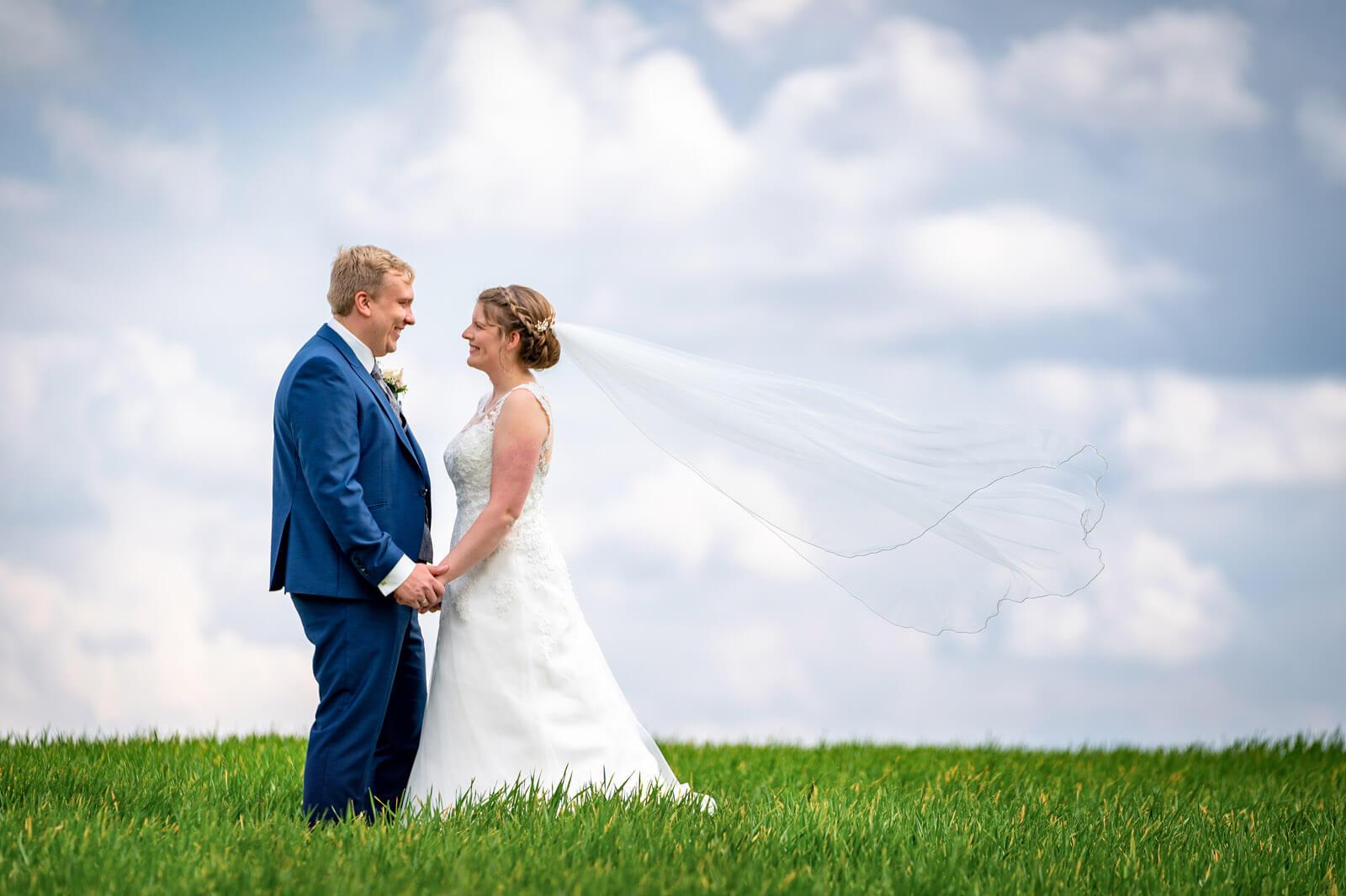 Hochzeitsfoto mit langem Schleier