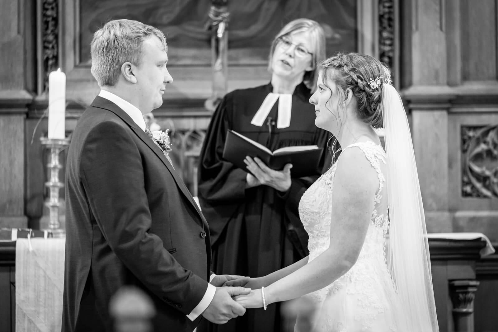 Brautpaar gibt sich in der St. Martin Kirche das Jawort.
