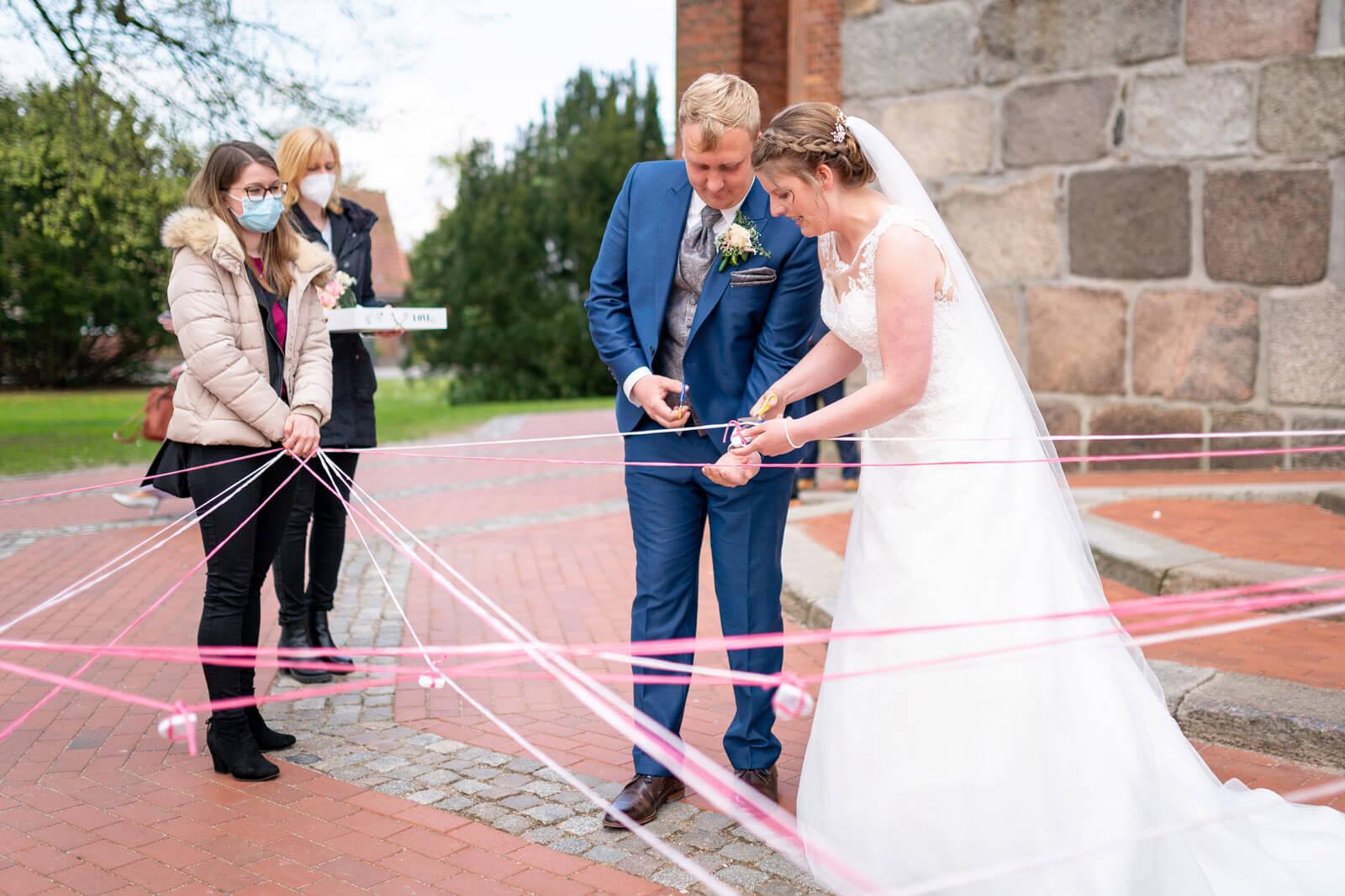 Bänder zerschneiden Brautpaar