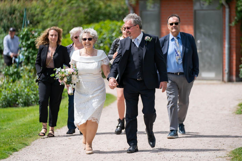 Hochzeitsgesellschaft auf dem Weg zur Hochzeitsinsel im Rosarium Uetersen