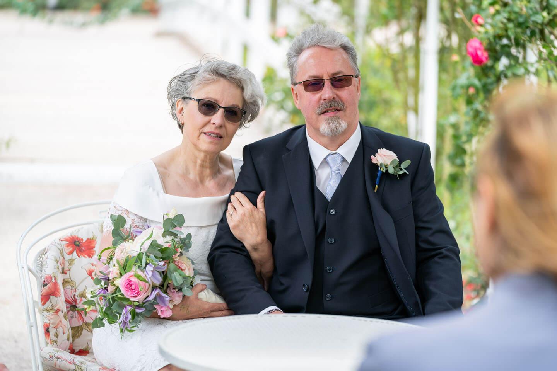 Brautpaar vor der Standesbeamtin