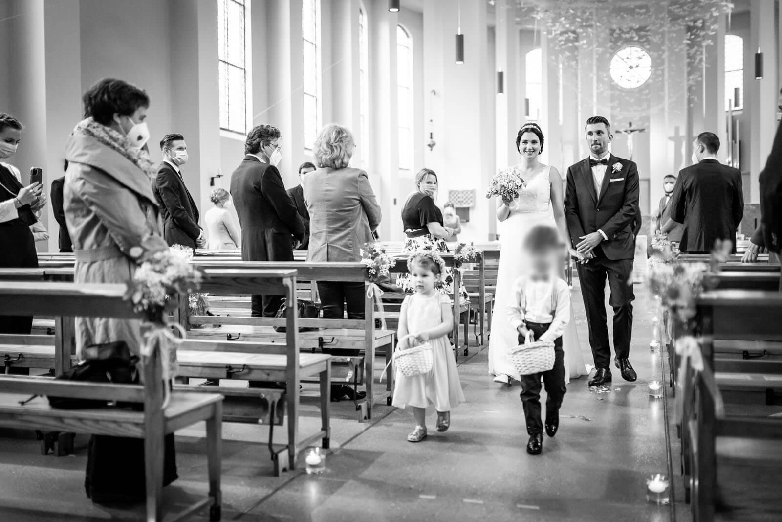 Auszug des Brautpaares nach katholischer Hochzeit im kleinen Michel Hamburg.