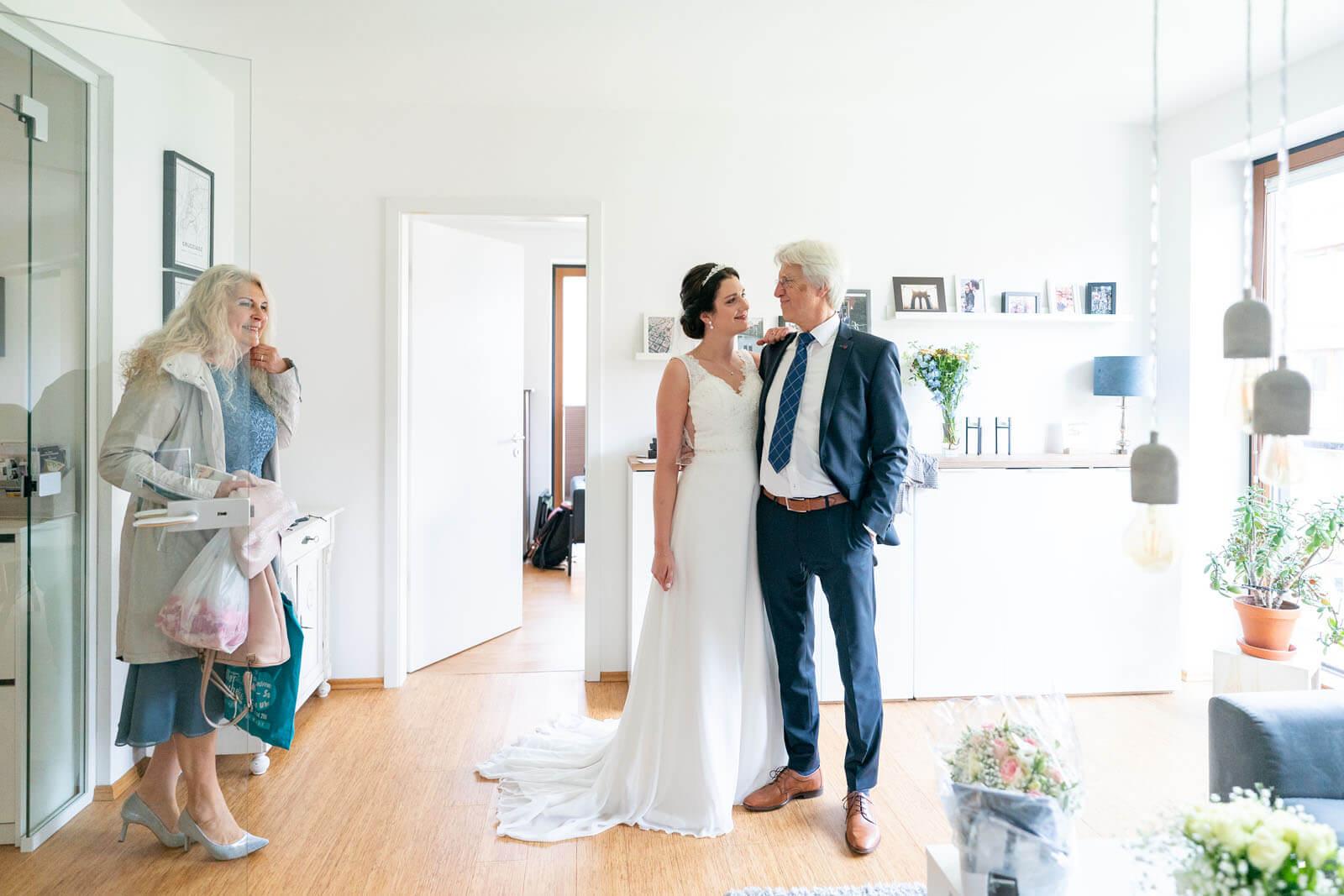 Braut mit Eltern beim Getting Ready.