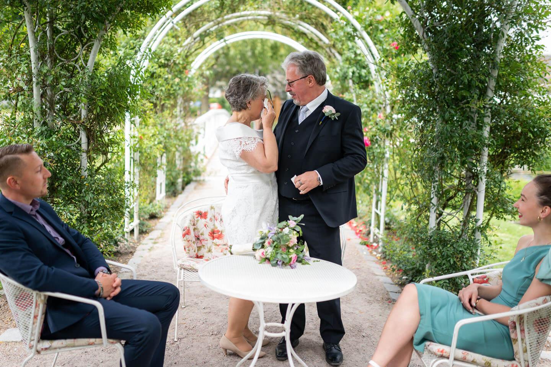 Tränen bei Hochzeit im Rosarium Uetersen