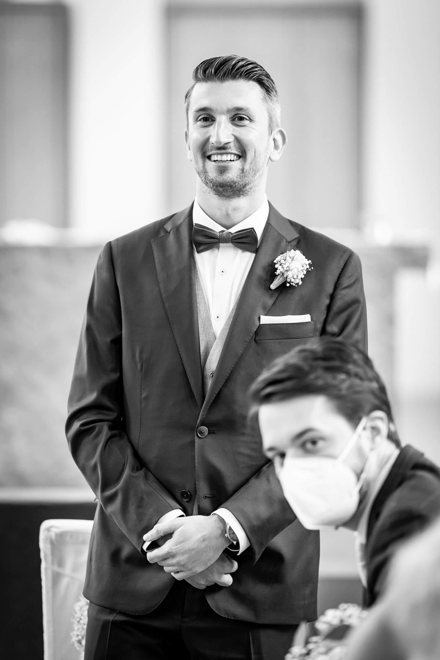 Bräutigam sieht seine Braut zum ersten Mal.