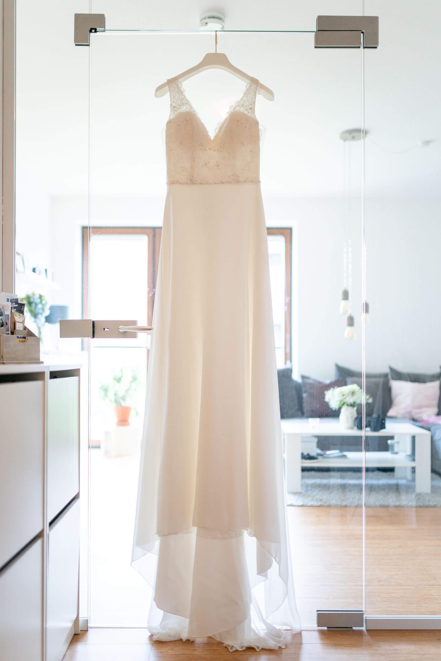Brautkleid im Gegenlicht.