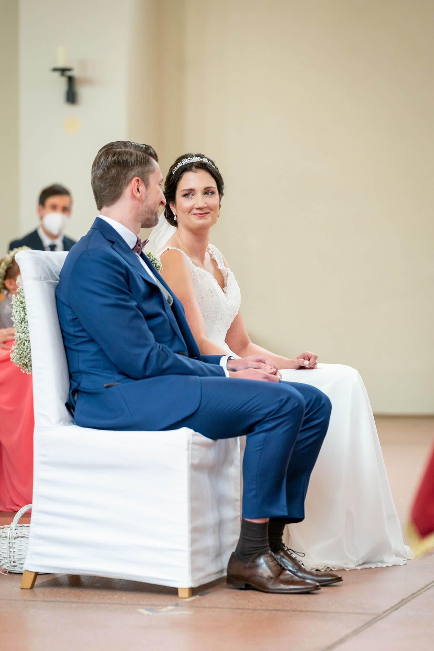 Brautpaar bei ihrer kirchlichen Trauung