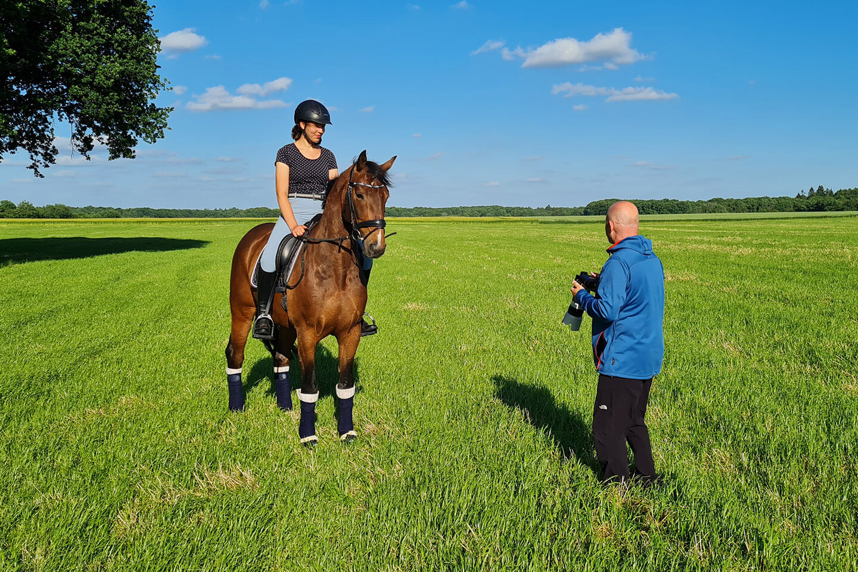 Fotograf Florian Läufer erklärt beim Pferde-Fotoshooting was als nächstes geschieht.