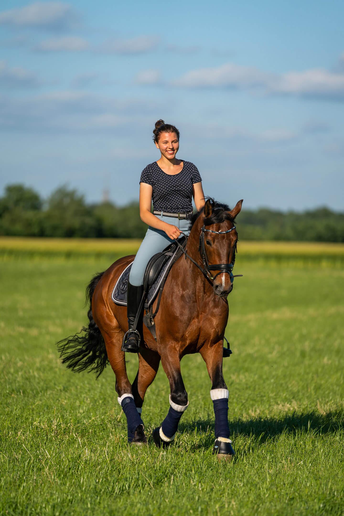 Pferd mit Reiterin im Galopp beim Pferde-Fotoshooting
