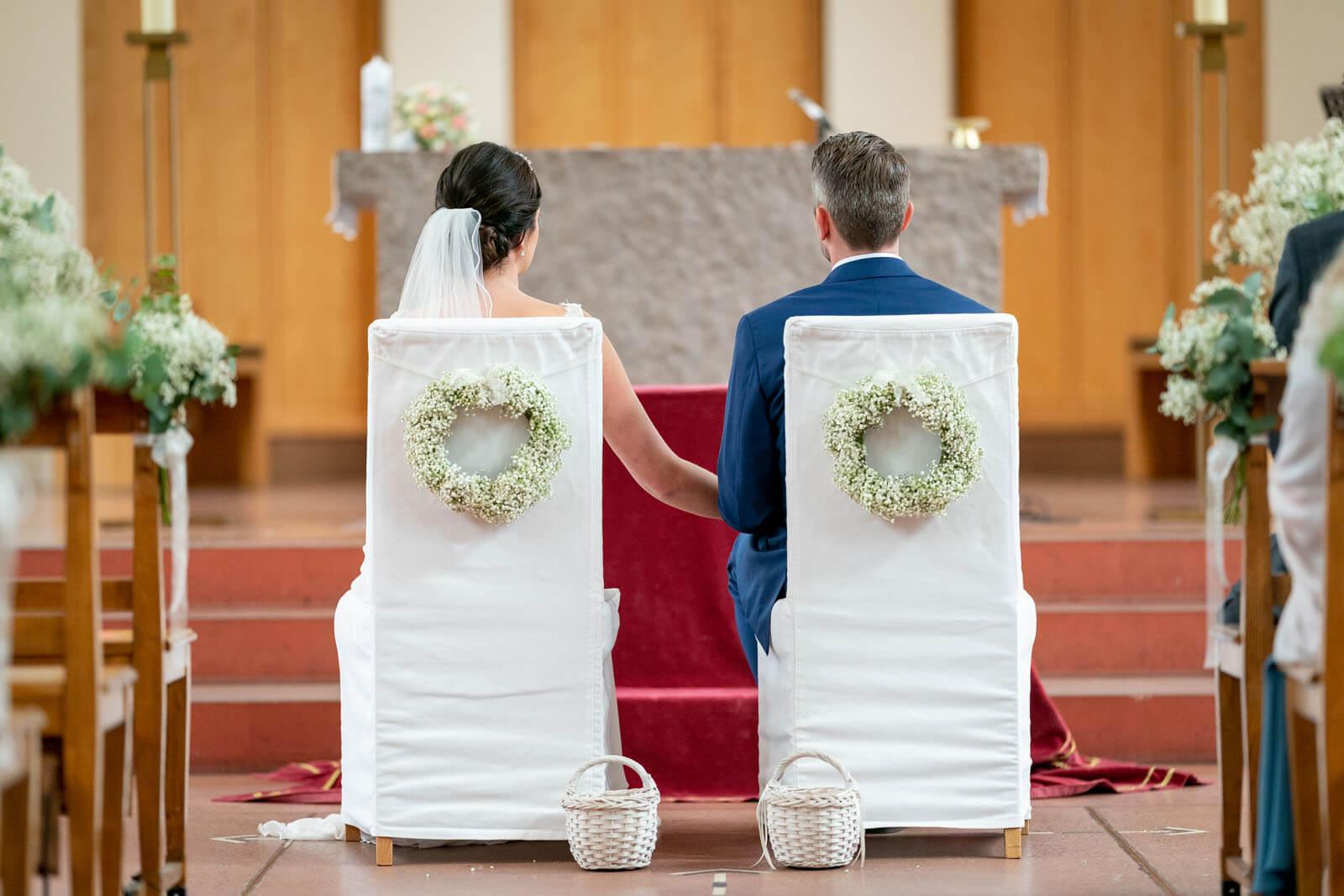 Hochzeitspaar vor dem Altar im kleinen Michel in Hamburg.