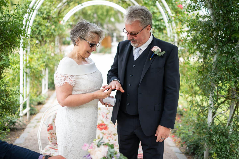 Ring aufstecken während der Hochzeit im Rosarium Uetersen