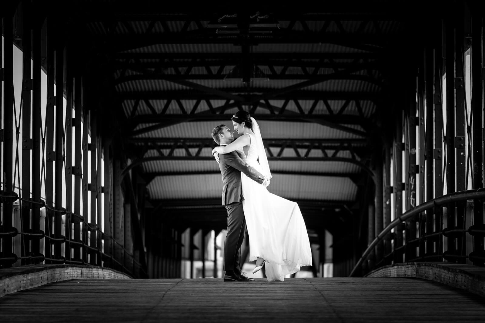 Hochzeitsfotograf Florian Läufer machte dieses Foto vom Brautpaar auf der Gangway zur Cap San Diego an der Elbe.