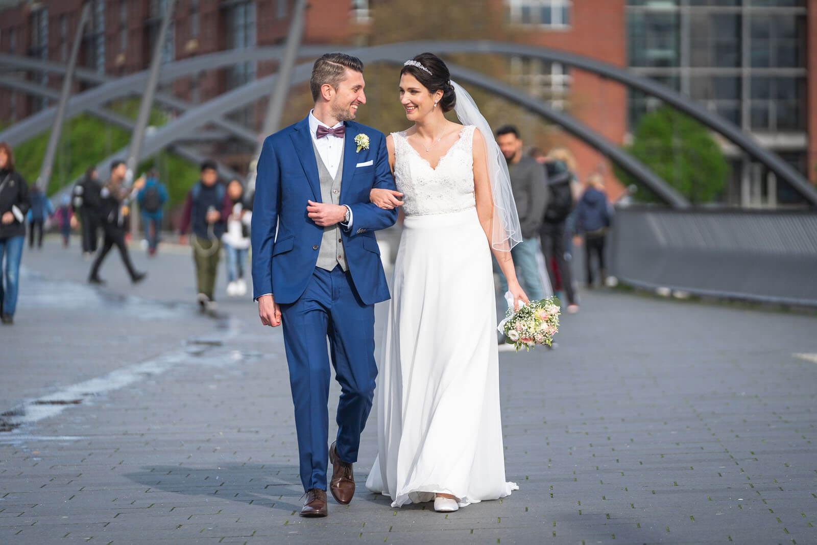 Natürliche Hochzeitsfotos am Baumwall in Hamburg. (Foto: Florian Läufer)