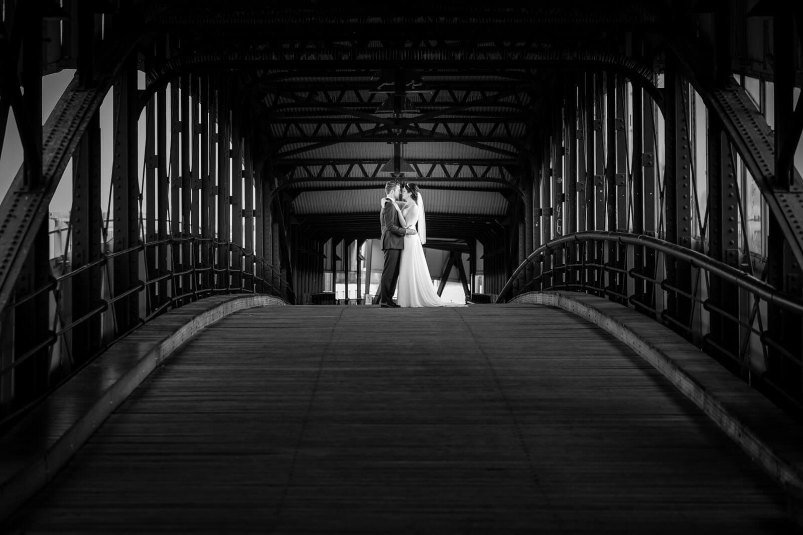Hochzeitsfotos am Baumwall auf der Gangway zur Cap San Diego