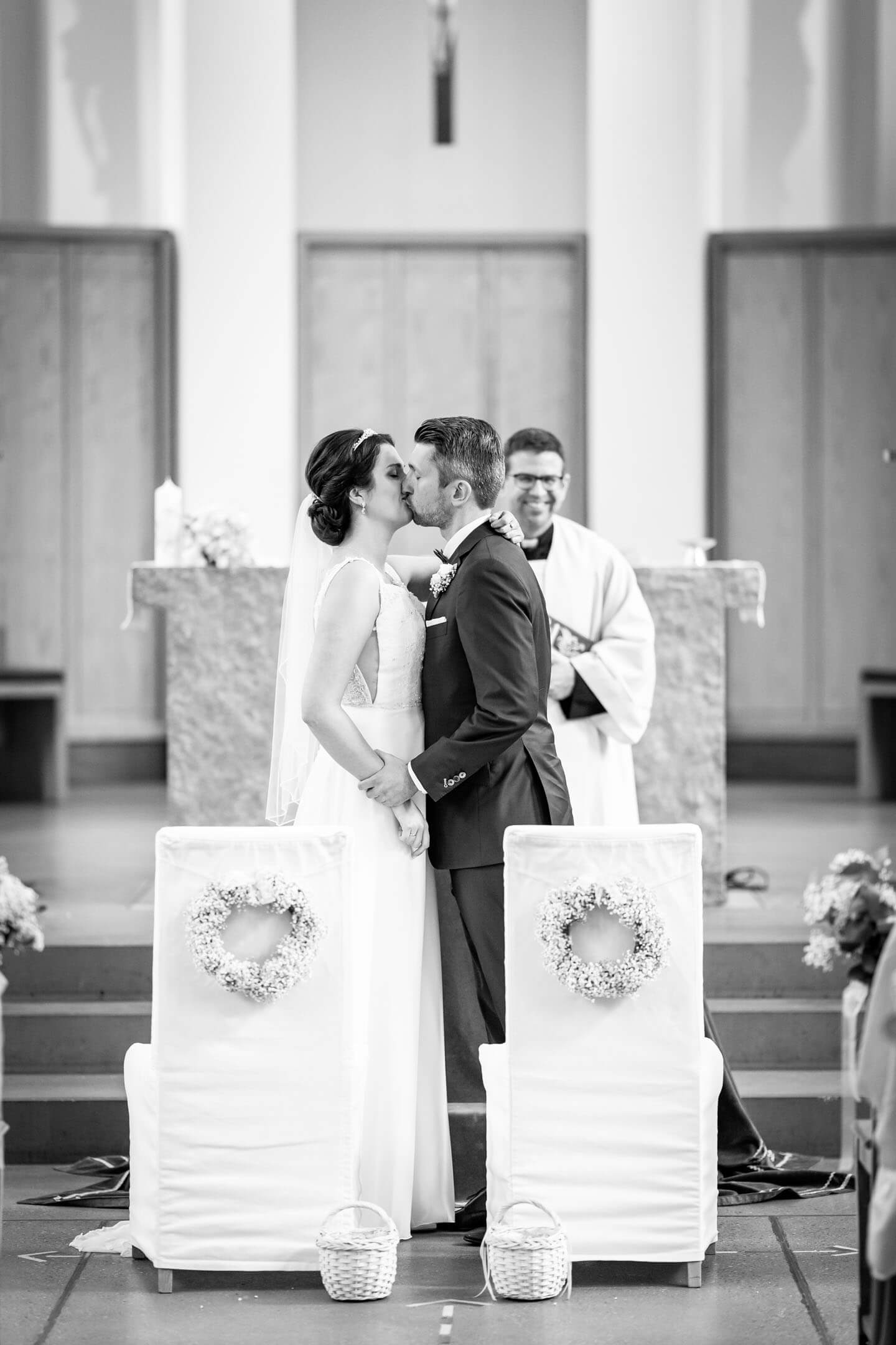 Vermählungskuss bei kirchlicher Hochzeit