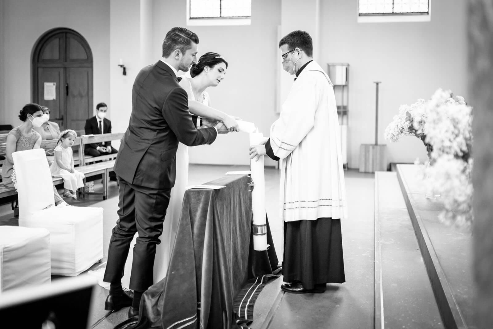 Kerze anzünden beim Traugottesdienst