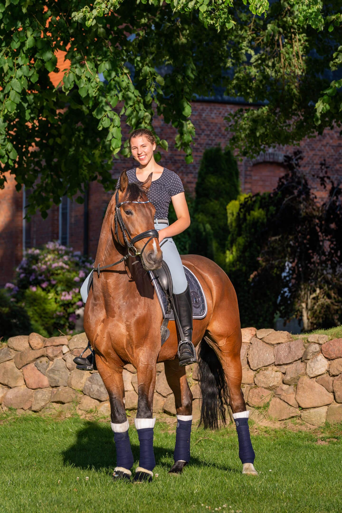 Konfirmandin mit Pferd vor der Kirche