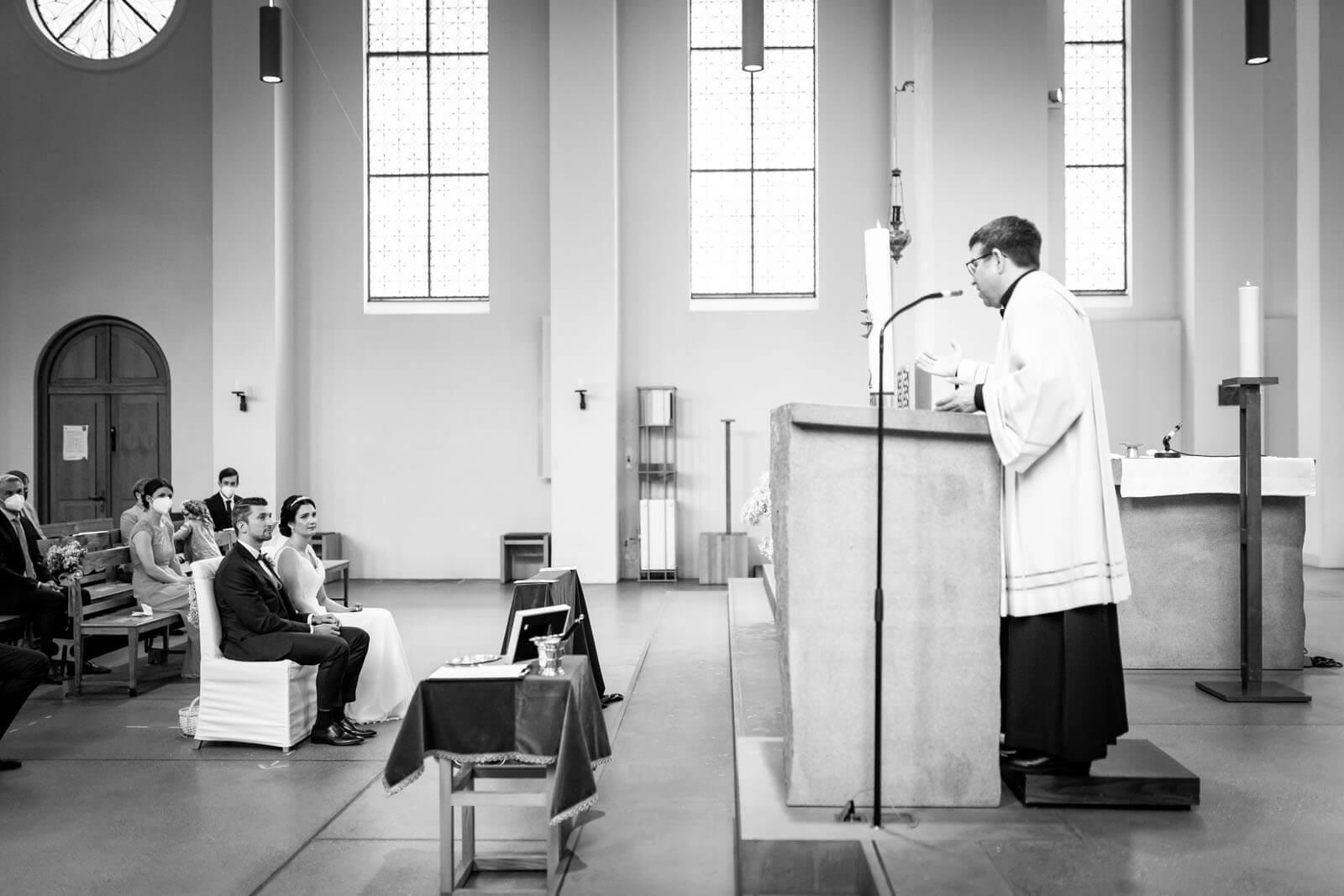 Pfarrer Philipp Görtz beim Traugottesdienst
