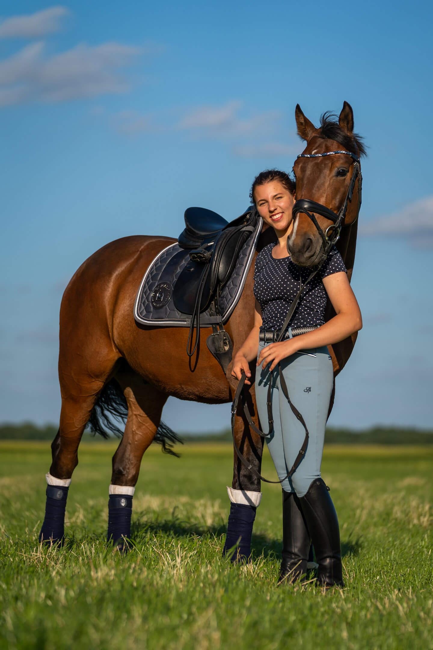 Reiterin mit ihrem Pferd in der warmen Abendsonne
