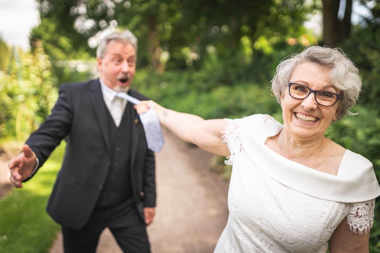 Witzige Hochzeitsfotos im Rosarium Uetersen