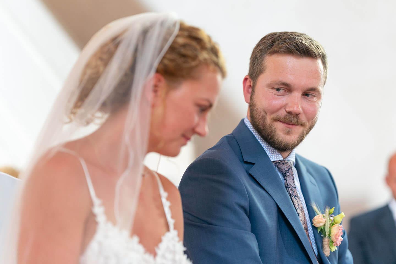 Bräutigam blickt seine Braut an