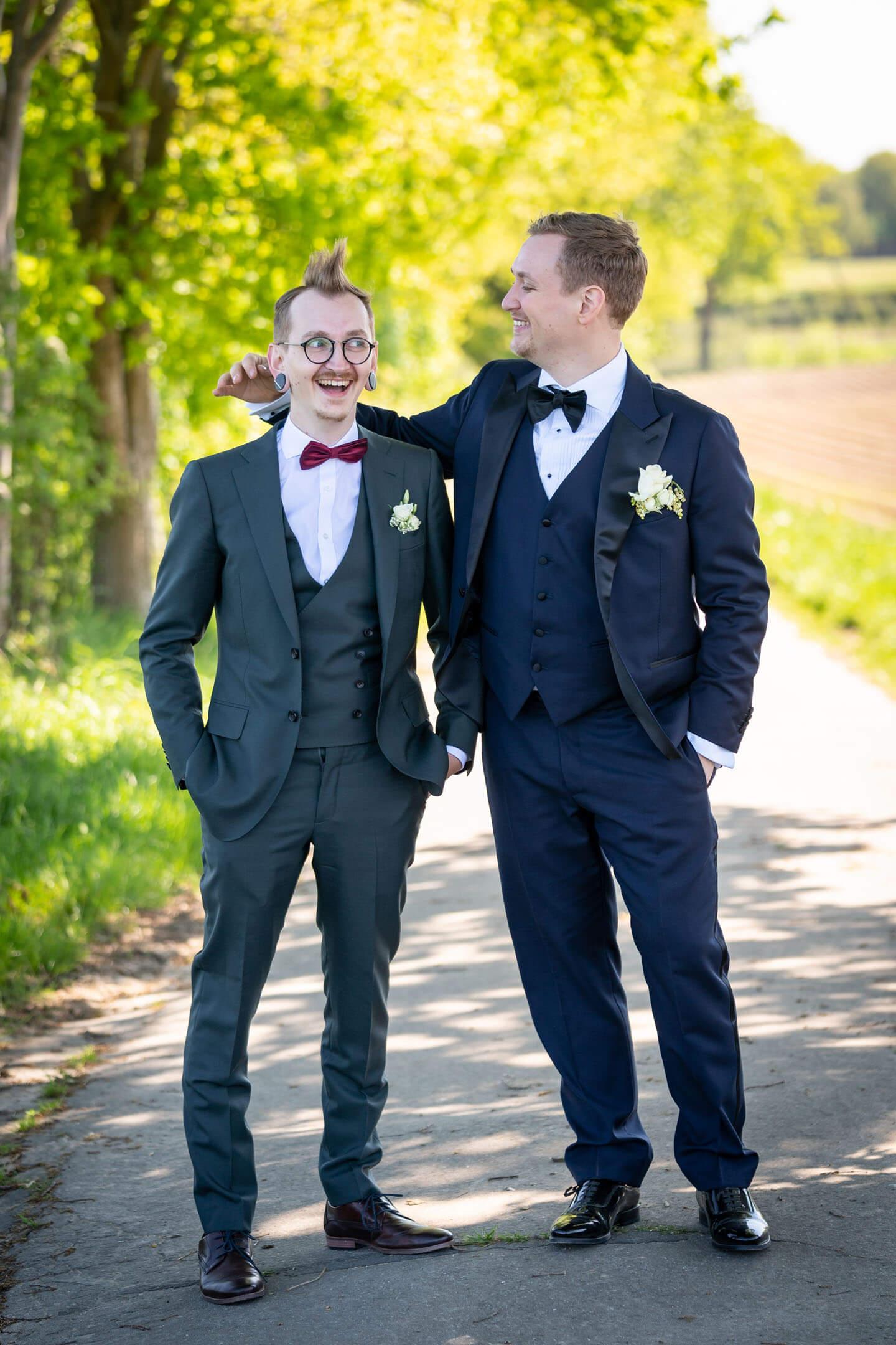 Witziges Foto von zwei Brüdern