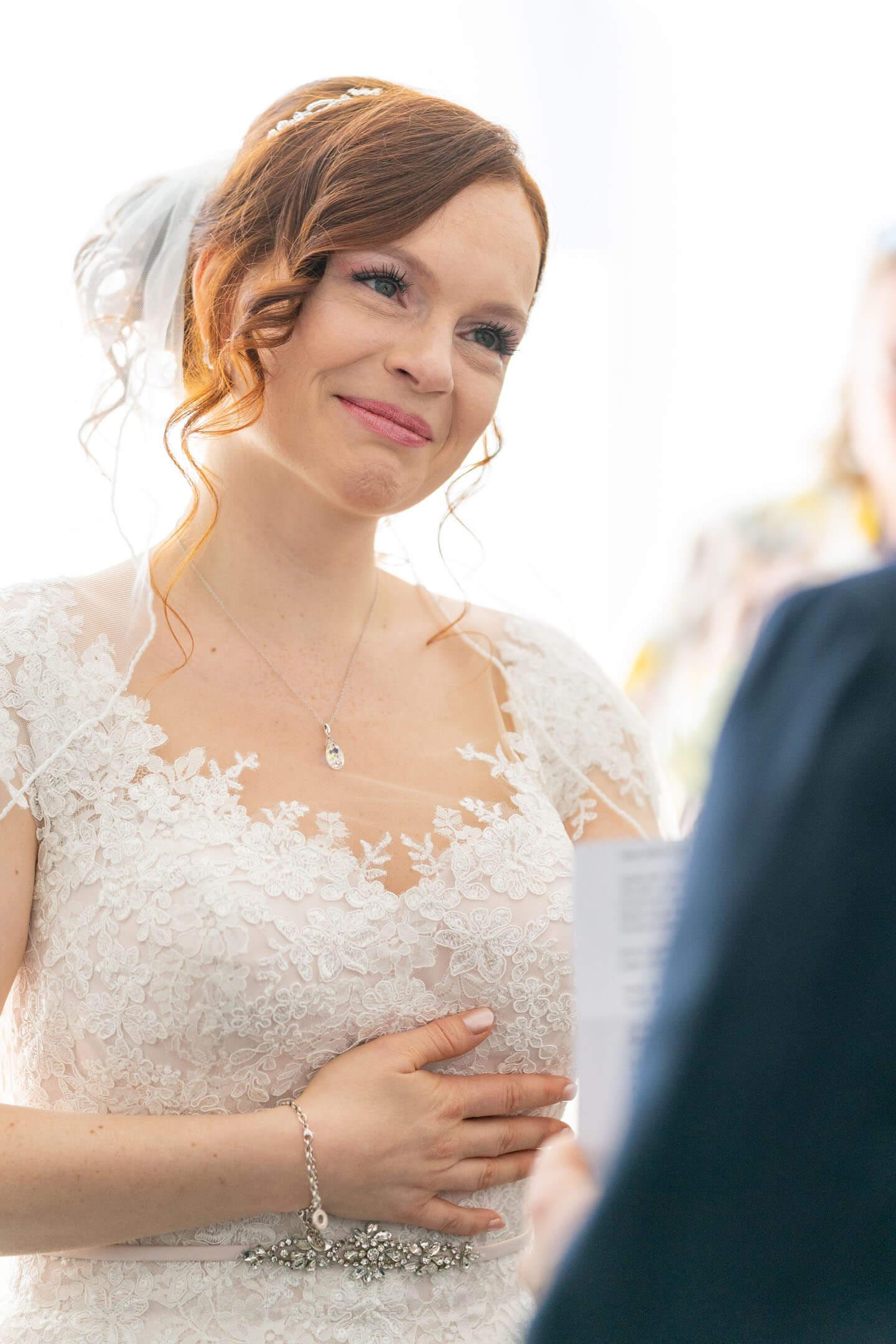 Braut blickt Bräutigam bei der standesamtlichen Trauung an.