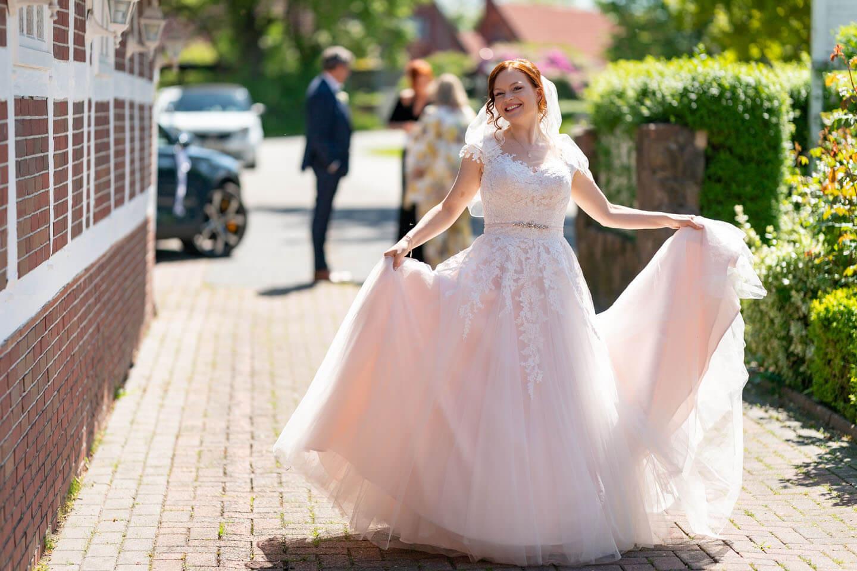 Braut im weißen Brautkleid beim Landhaus Westerhof