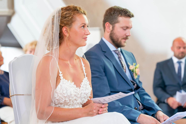 Brautpaar beim Singen während des Traugottesdienstes in einer kleinen Dorfkirche in Brandenburg