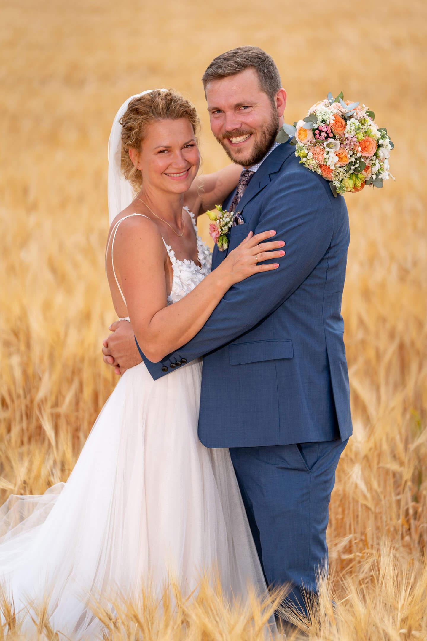 Brautpaarshooting im Kornfeld in Brandenburg