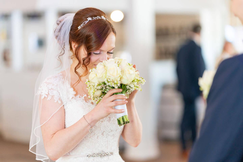 Braut riecht am Braustrauss. Foto: Florian Läufer