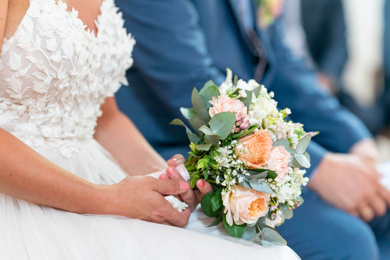 Brautstrauss in der Hand der Braut.