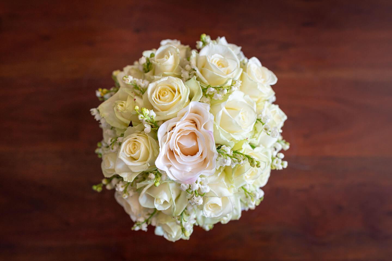 Brautstrauß mit hellen Rosen.