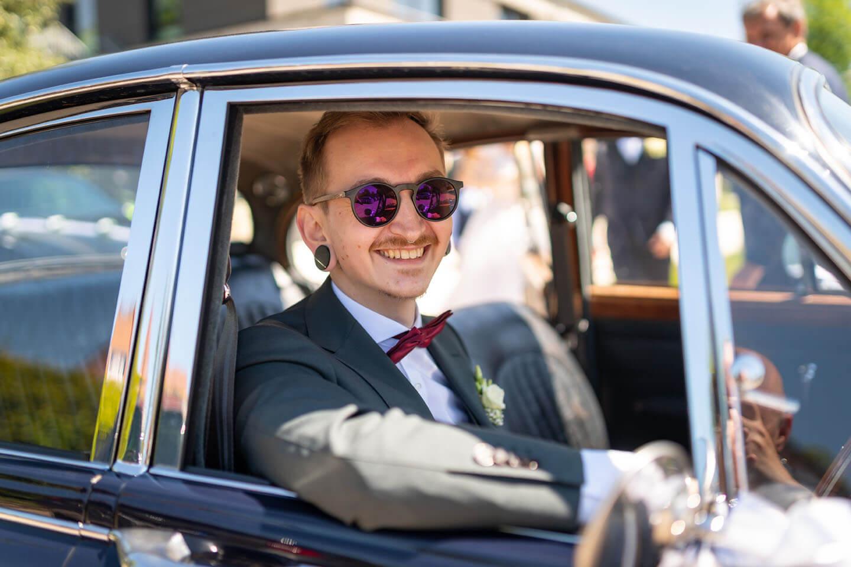Chauffeur vom Hochzeitsauto.